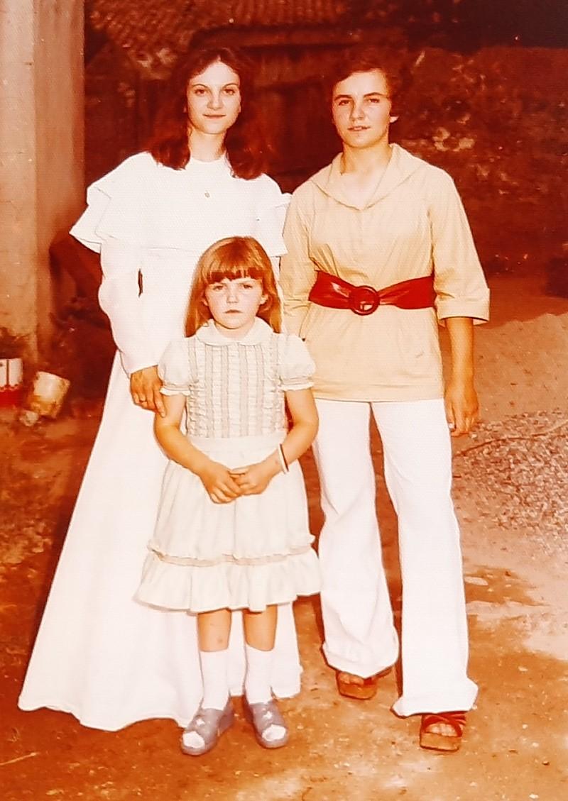María José Montero Núñez el día de su boda con sus dos hermanas.