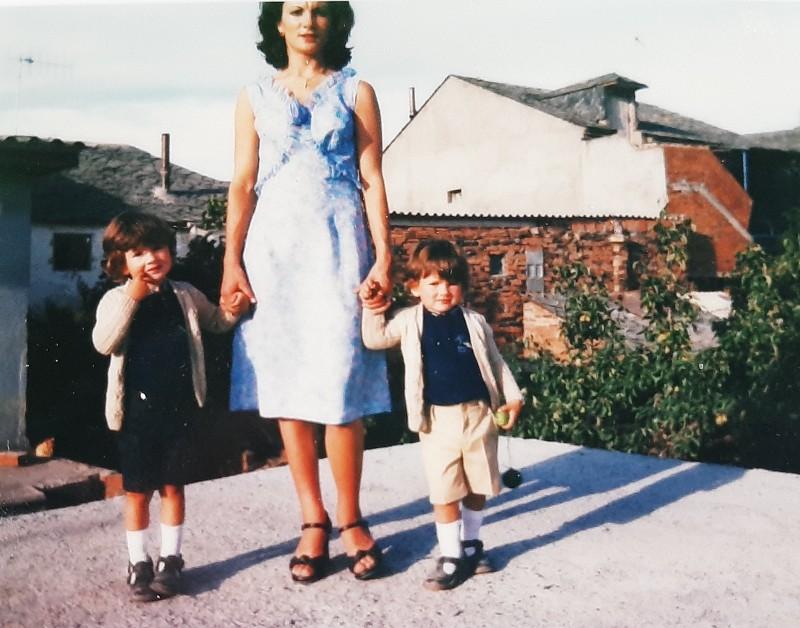 María José Montero Núñez con sus dos hijos.