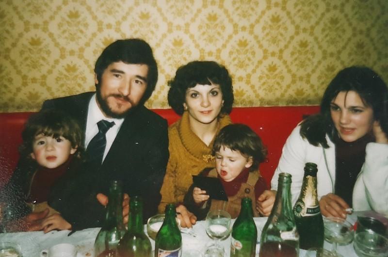 María José Montero Núñez con sus dos hijos y su marido en la boda de su hermana.