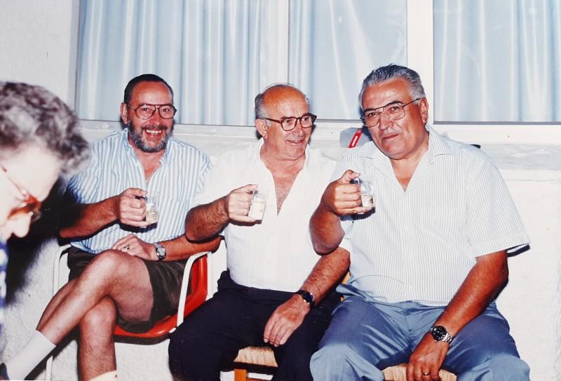 Franga (izquierda) con dos amigos.