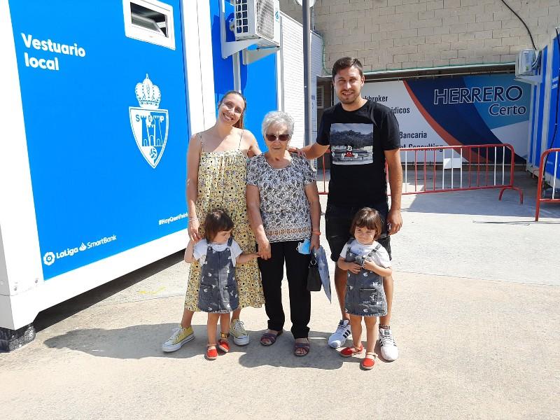 Violeta Arias con su nieta, su marido y sus dos biznietas.